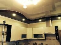 Натяжные-потолки-на-кухне